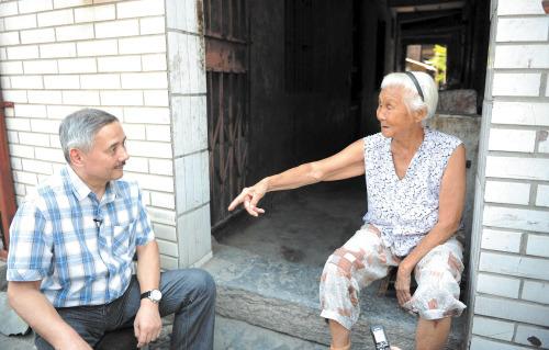 阿廖沙正和一位住在洛八办附近的老奶奶聊起了那段历史,阿廖沙听得连连点头。本版照片均为长沙晚报记者邹麟 摄