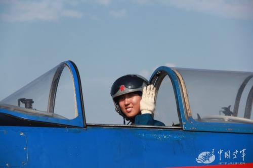 通过空中苦练,她们榜首次近距打仗蓝天,初次在地面一展技艺。