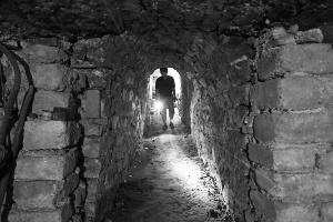 进口的地下通道。