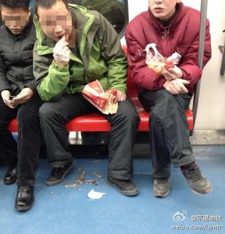 有乘客不仅在地铁车厢内吃东西,且乱丢垃圾。图自京港地铁微博