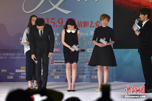 宋承憲、劉亦菲為取消發布會鞠躬道歉。 金碩攝