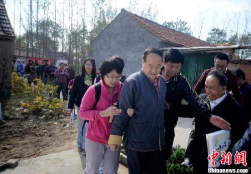 資料圖:莫言在其山東舊居。圖片來源:CFP視覺中國