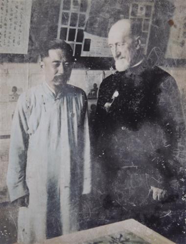 """饶家驹与""""烟画大王""""冯孙眉(左)的合影(翻拍照片)。"""