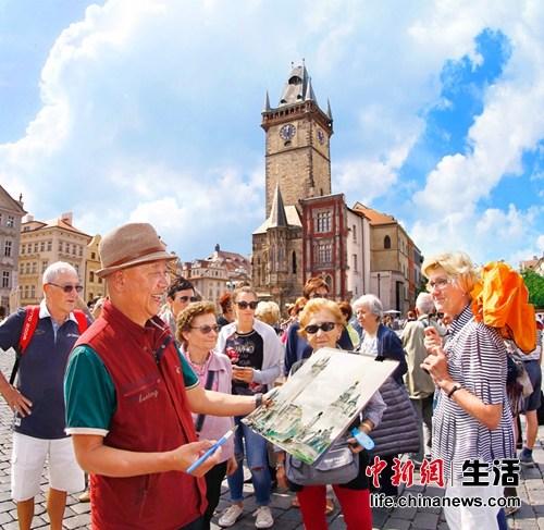 采风团团长、国家美术家协会参谋尼玛泽仁在布拉格广场采风写生,与本地大众及艺术家密切交换 中新社发 王保胜 摄