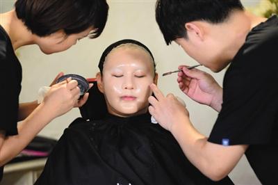 用硅胶制作新脸,后续依靠化妆师上妆。