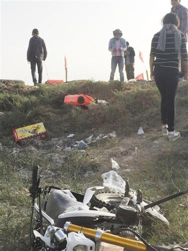 青海省格尔木草原金鱼湖草场,前来抢摘的外来者和草原看管者发作冲突,抢摘者的摩托车被砸毁