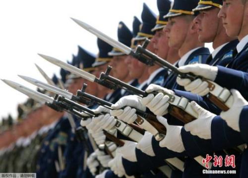 图为2007年5月22日,白俄罗斯明斯克,白俄罗斯仪仗队停止行列扮演。