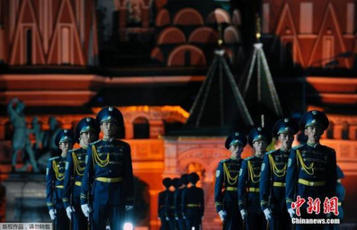 图为2009年9月4日,俄罗斯莫斯科红场,哈萨克斯坦仪仗行排队加入军乐节预演。