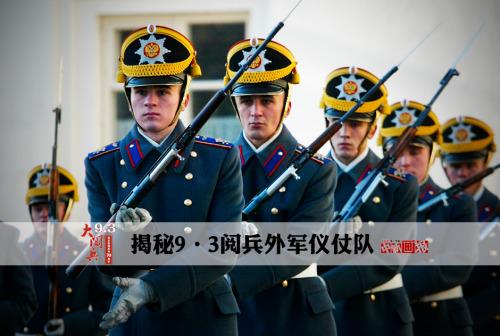 图为2005年10月29日,俄罗斯仪仗队战士在克里姆林宫前的告知仪式上停止花枪扮演。