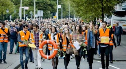 图为声援难民集会游行现场。
