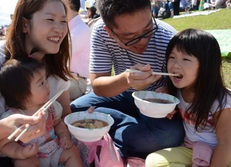 民众享用美食。