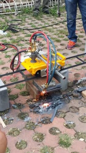 工人现场演示新式产业燃气的切开作用
