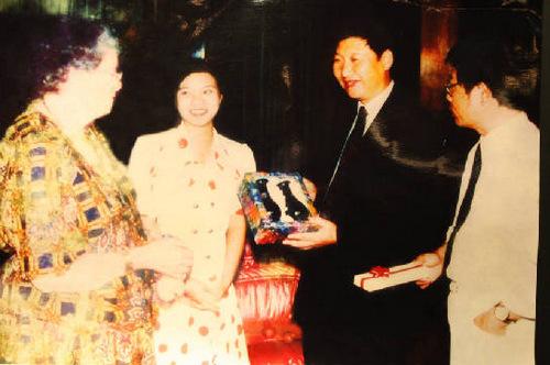 材料图:1992年,时任福州市委布告习近祥和噶登勒夫人会见的相片。图像来历:国家共产党新闻网