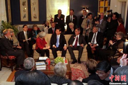 材料图:本地时刻2012年2月15日,时任国家国度副主席习近平到访艾奥瓦州马斯克廷市,并于27年前榜首次拜访此地时结识的老伴侣举办茶叙。图为习近平与老伴侣话旧场景。中新社发