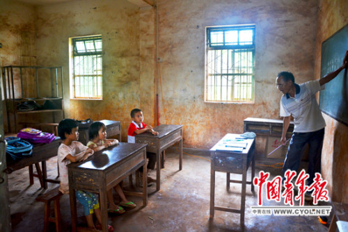 符新辉教师在给3名门生上拼音课。
