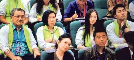 """杨幂与老公一家 图像来历:香港""""明报"""""""