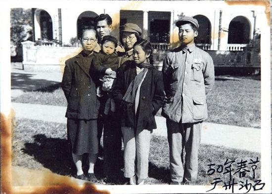 抗战后,林珍一家六口各散东西,没有机会聚首一堂,1950年林珍(右二)随哥哥(右一)及母亲(左一)到广州探望姐姐林展(右三),该次见面是停战5年后她首次见到姐姐。《明报》(受访者提供)