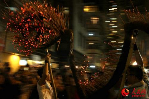 火龙在街道间舞动。(摄影:郭晓桐)