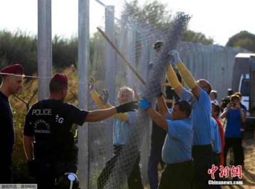 本地时刻9月15日,匈牙利差人履行边界管束,配置长达175千米的铁丝网封闭匈牙利和塞尔维亚边界匈牙利警方封闭了匈牙利与塞尔维亚边界铁丝网的缺口,还在铁轨上构成人盾禁止灾黎经过。