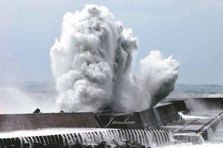"""台风""""杜鹃""""来袭加上大潮,9月28日傍晚台风登陆前,宜兰南方澳海边掀起滔天巨浪。来源:台湾《联合报》"""