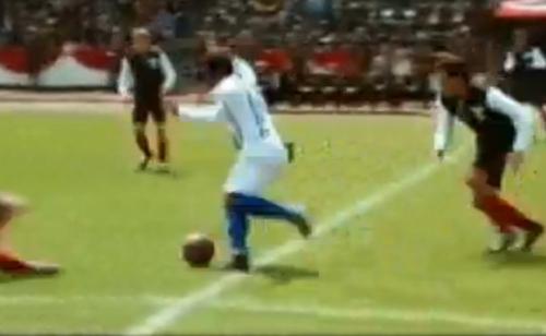 贝利在影片中带球打破。图像来历:视频截图
