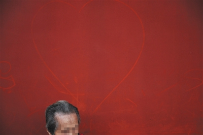 10月4日,故宫,一名旅客死后的红墙上被人画上了心形图画。新京报记者 王嘉宁 摄