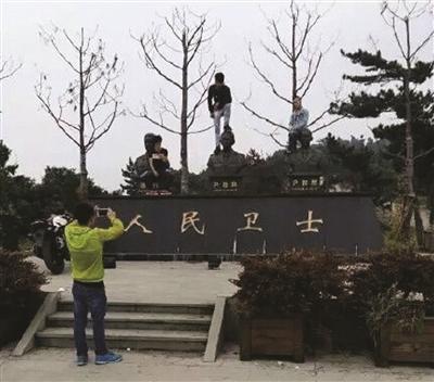 踩义士雕像头顶拍照年青人被找到 已弯腰抱歉 图像来历:扬子晚报