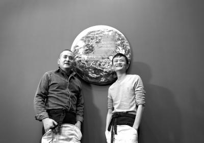 材料图 马云和曾梵志独特创作的油画《桃花源》。图像来历:京华时报