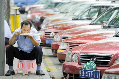 资料图:的士司机在路边吃饭 来源:羊城晚报