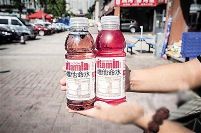陈先生手中的饮料里,有明显的黑色块状物。