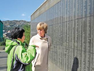 """英国前首相丘吉尔的外孙女埃玛·苏姆斯(右)参访台湾""""金瓜石国际终战和平纪念园区""""。(台湾《联合报》资料图)"""