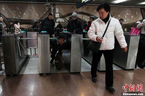 材料图:2013年1月22日,对准岁末年头路网逃票举动有所上升的景象,上海地铁在原有车站逃票稽察查察的根底上,加鼎力度,发展逃票稽察查察专项整治步履。图为1月22日,在上海中猴子场地铁站,一名钻闸机逃票的搭客。图像来历:东方IC