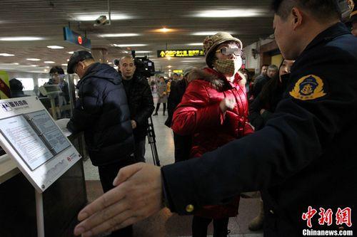 材料图:2013年1月22日,对准岁末年头路网逃票举动有所上升的景象,上海地铁在原有车站逃票稽察查察的根底上,加鼎力度,发展逃票稽察查察专项整治步履。图为1月22日,上海,用晚年卡逃票的姨妈。图像来历:东方IC
