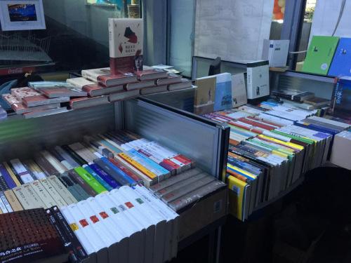 卢虹任办起的免费藏书楼里各类册本目不暇接