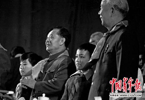1982年12月30日,公民大礼堂,中共中心总布告胡耀邦、万里(右)等党和国度指导人列席国家共产主义青年团第十一次天下代表大会落幕式。本报记者 贺延光/摄