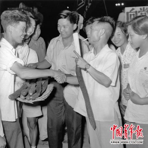 1954年,国家新民主主义青年团中心委员会布告处布告胡耀邦在乡村研究。本报记者 铁矛/摄