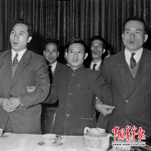 1956年11月11日,北京市战争宾馆,在欢迎日本青年团协定会代表团和日本青年与主妇访华代表团的酒会上,胡耀邦与日青协、日青妇代表团的二位团长挽手歌唱。本报记者 铁矛/摄