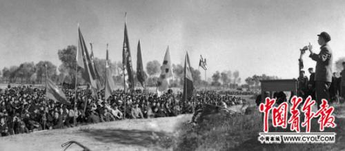 1959年11月1日,在北京市顺义区青少年植树大会上,团地方布告胡耀邦揭晓发言。本报记者 潘英/摄
