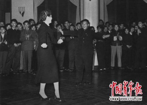 1959年12月,北京市青年为访华的苏联青年月表团举办联欢流动,胡耀邦翩然起舞。本报记者 胡光珏/摄