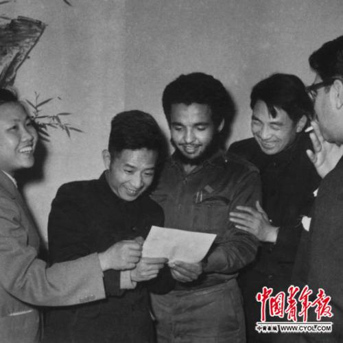 1961年4月3日,胡耀邦欢迎古巴青年月表团的主人。本报记者 洪克/摄