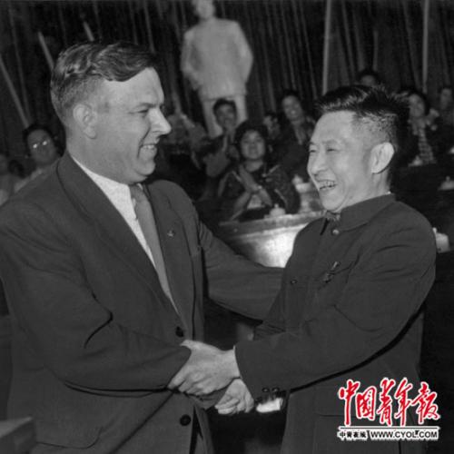 1957年5月15日至25日,国家新民主主义青年团第三次天下代表大会在北京举行。团地方布告胡耀邦同苏联列宁共产主义青年团地方布告谢米恰斯特奈握手。中青报老相片