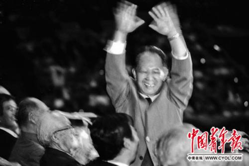 1984年9月30日,都城体育馆,中共中心总布告胡耀邦揭晓发言,并向1.8万名预会者请安。当天,北京市青年举办大会,火热欢迎拜访国家的3000名日本青年月表。本报记者 贺延光/摄