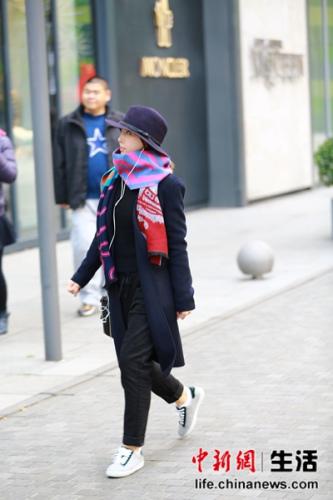 look1:宽檐帽+深色大衣+彩色披肩+球鞋