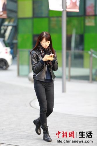 look1:暗色格子围巾+皮衣+紧身裤+短靴