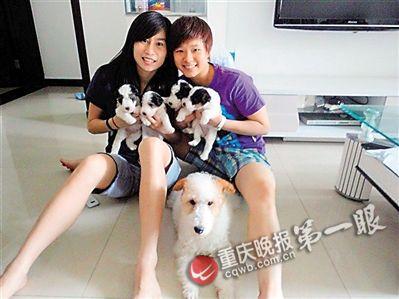彭玥抱着狗。
