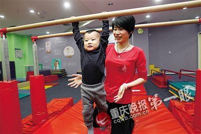 彭玥帶著小朋友訓練。