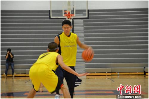 吴悠在全明星赛中运球。