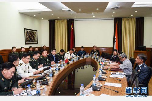 11月16日,正在印度拜访的中心军委副主席范长龙在新德里与印度国防部长帕里卡尔举办会谈。 新华社记者 毕晓洋 摄