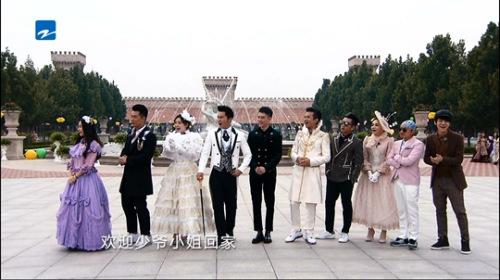 """近期,《奔驰吧兄弟》来到陕西张裕瑞那城堡酒庄录制,""""奔驰团""""在充斥异域风情的城堡酒庄里大玩""""民国穿梭""""。"""