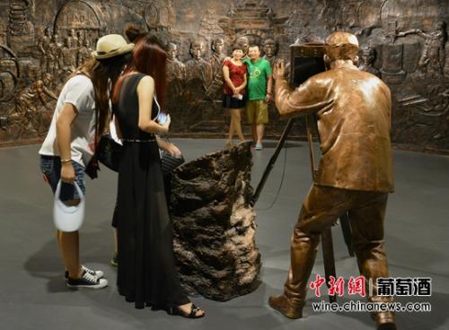 旅客在陕西张裕瑞那城堡酒庄照相纪念。